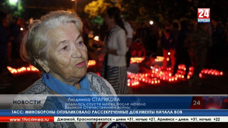 Севастопольцы в День памяти и скорби выложили из свечей «1941 помним» и запустили бумажные кораблики в море