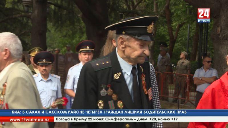 Крымчане принесли тысячи гвоздик к Вечному огню на могилу Неизвестного солдата в Симферополе