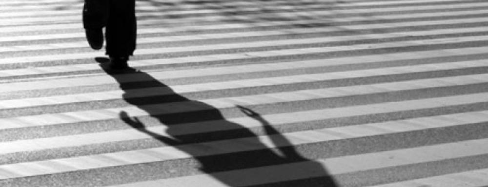 """""""Дайте мне Оскар"""": по Симферополю гуляет мужчина бросающийся на капот автомобиля"""