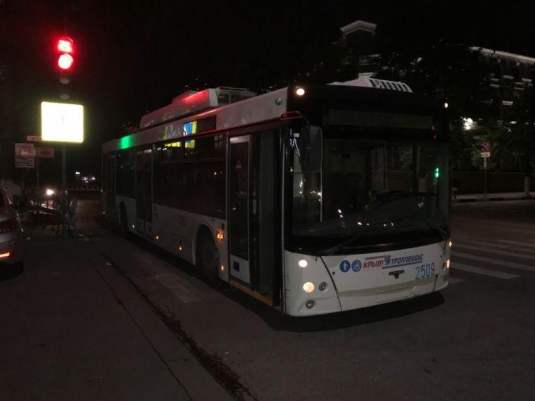 В троллейбусе Симферополя покалечилась девушка