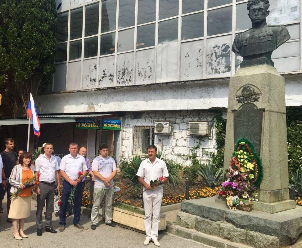 В Алупке в День памяти и скорби возложили цветы к бюсту Амет-Хана Султана