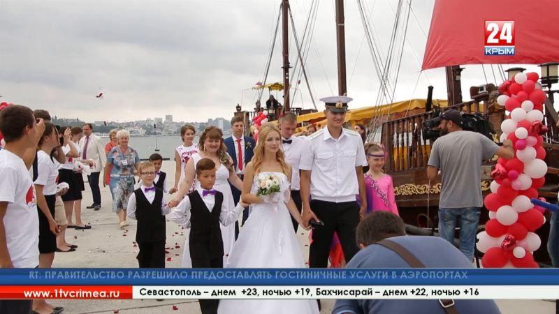Судно с алыми парусами причалило к Михайловской батарее, где проходит фестиваль, посвящённый творчеству Грина