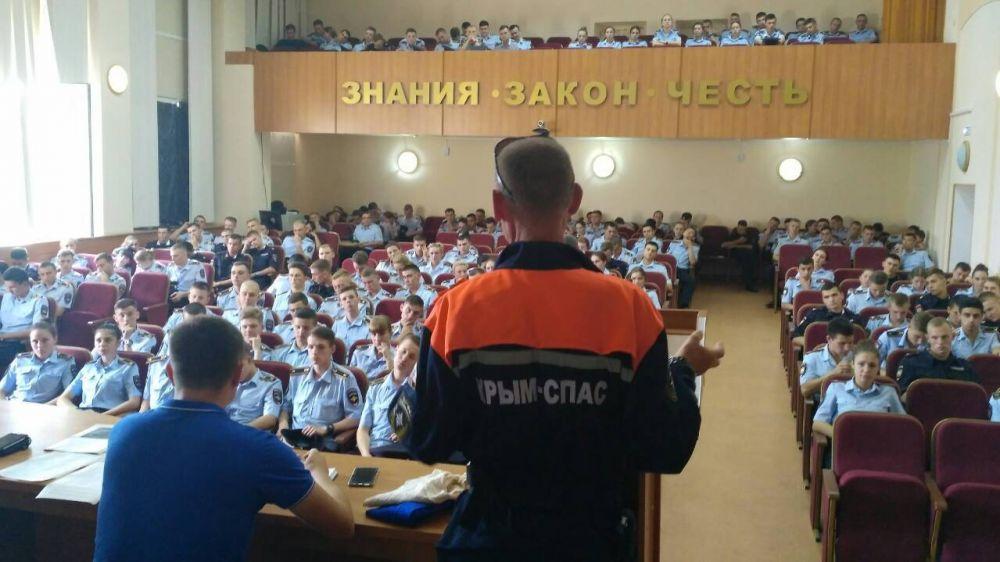Специалисты МЧС Республики Крым провели лекцию по безопасности жизнедеятельности для курсантов МВД России