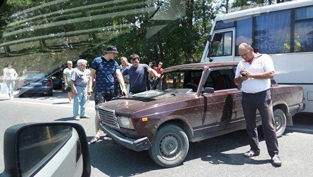 На въезде в Симферополь столкнулись ВАЗ и автобус