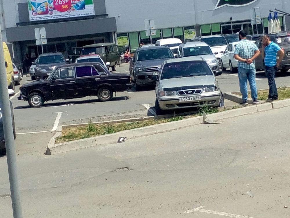 Перепутала педали: женщина разбила четыре автомобиля в Симферополе