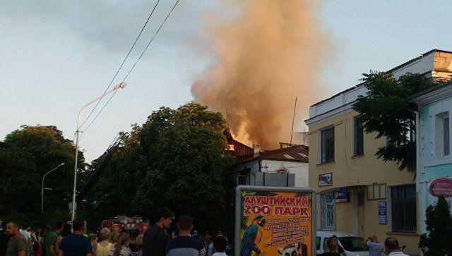 В Алуште горит двухэтажный жилой дом