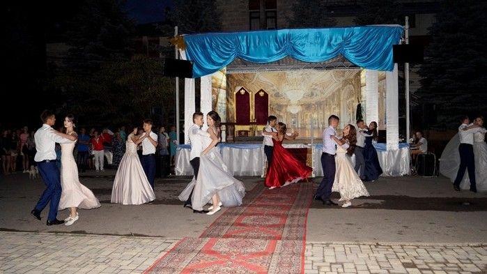 23 июня в центре поселка Советский прошёл Единый выпускной вечер «Императорский бал»