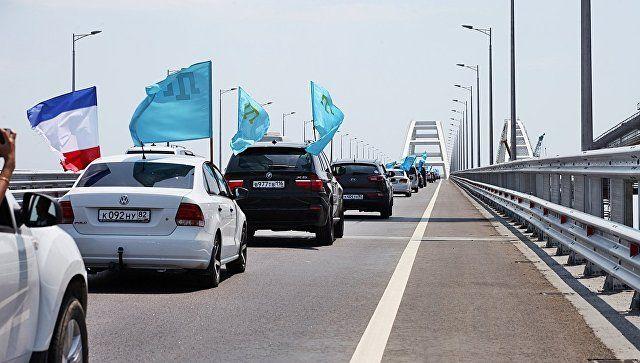 Под флагом цвета неба: автопробег крымских татар по мосту в Крым