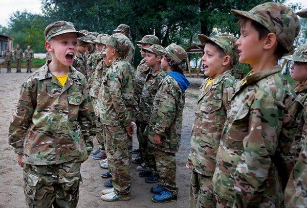 Дети ненависти: маленькие украинцы с оружием стерегут «целостность» страны