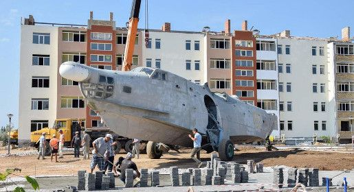Установка самолета-памятника Бе-12 проходит под Евпаторией
