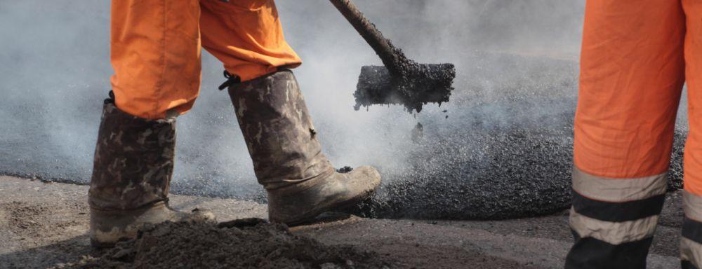 Аксенов поручил в кратчайшие сроки решить проблему с затягиванием ремонта дорог в муниципалитетах
