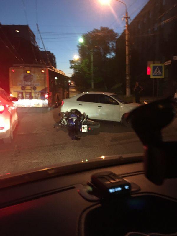 Вечером в Симферополе легковушка и мотоцикл не разминулись на перекрестке
