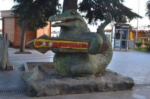 Ялтинские власти потребовали убрать с набережной рекламного крокодила