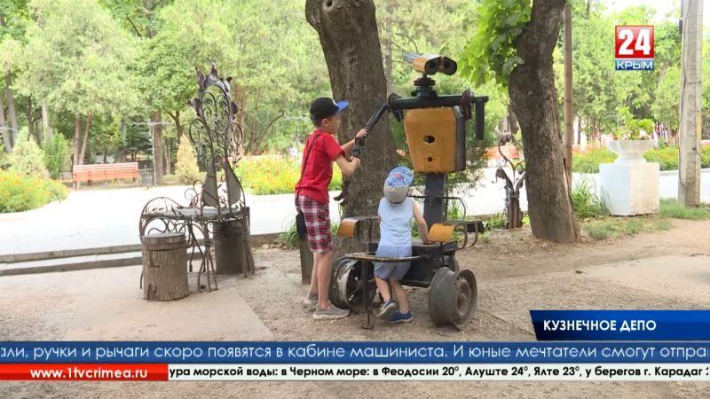 Пополнение технопарка. В Детском парке Симферополя установили новую кованую статую паровоза