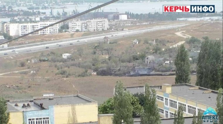 Недалеко от Крымского моста горит трава и дом
