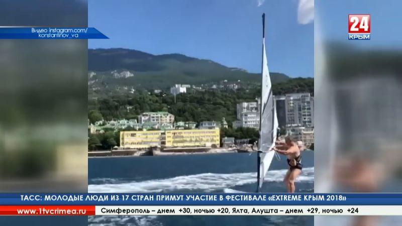 Константинов встал на сёрф: Председатель Государственного совета Республики Крым активно проводит летний отпуск