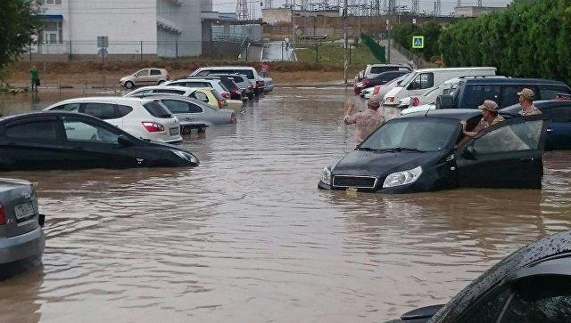 В Крыму бушует непогода: затонувшие машины и упавшие деревья