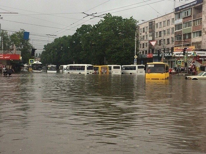 ЖД вокзал утонул: Дождь затопил Симферополь