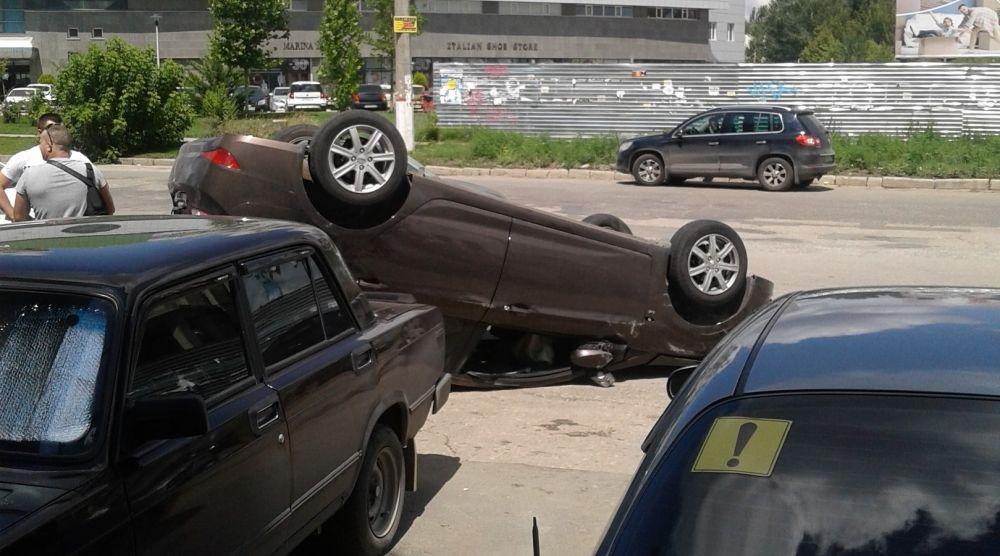 В Симферополе после ДТП иномарка оказалась на крыше,