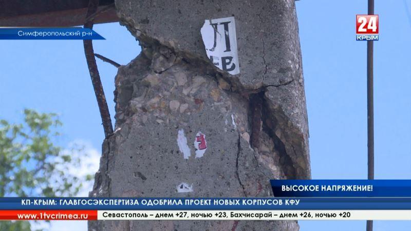 Под Симферополем мусоровоз снёс высоковольтный столб у дороги. Близлежащие дома остались без света