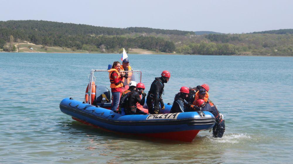 Сотрудники Симферопольского АСО «КРЫМ-СПАС» провели тренировочное занятие по погружению на Симферопольском водохранилище