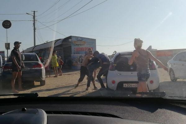 В Крыму автомобилисты подрались за въезд на пляж