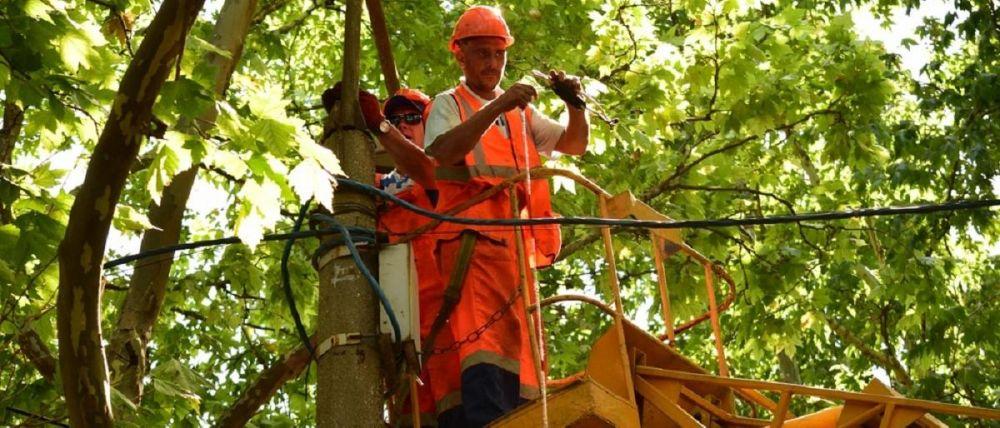 С начала года в Симферополе отремонтировали 2,5 тыс уличных светильников