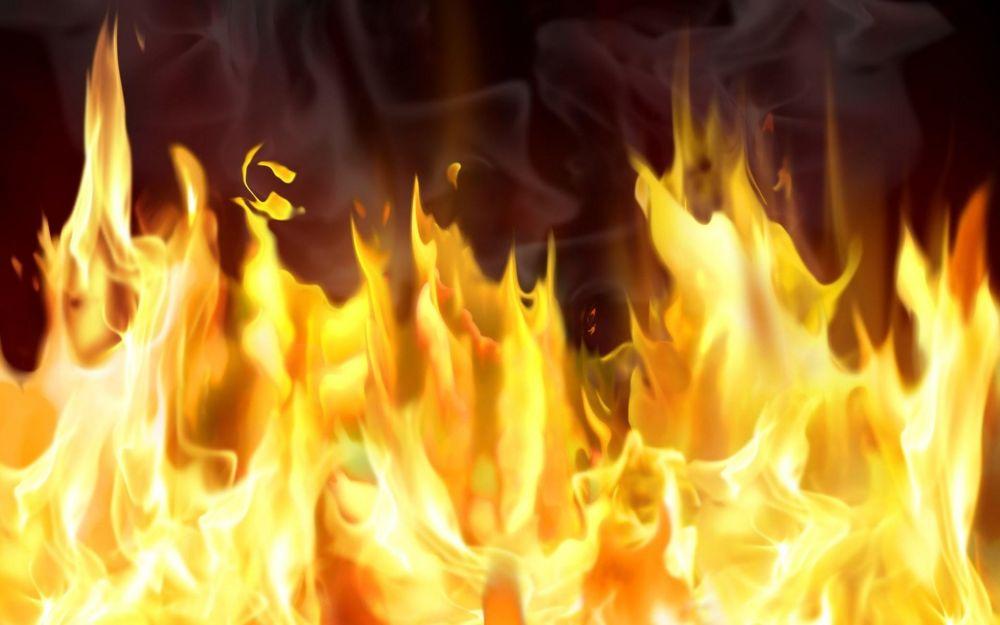 В Гаспре на пожаре мать и двое детей, спасаясь от огня, выпрыгнули в окно на растянутое соседями одеяло