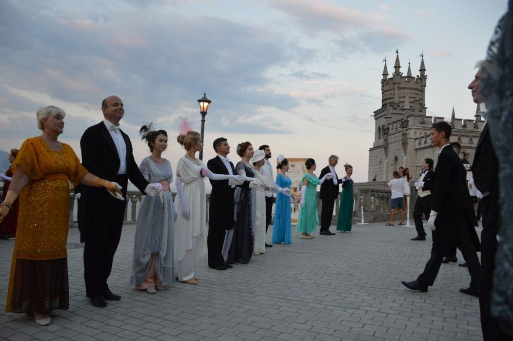 В Ялте на видовой площадке дворца-замка «Ласточкино гнездо» прошёл традиционный 5-й летний бал