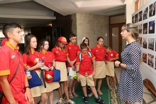 Артековцы из тематической смены «Юный правозащитник» побывали на экскурсии в крымском парламенте