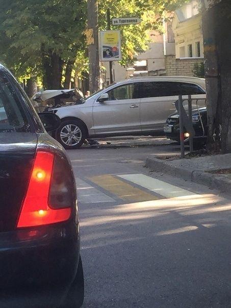 В Симферополе водитель экскаватора разбил иномарку