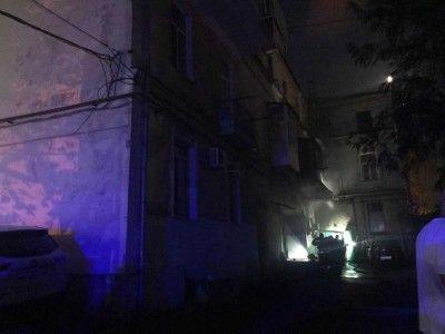 В центре Севастополя из-за кафе задымился жилой дом