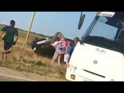 На крымской трассе ветер сдул машину с людьми