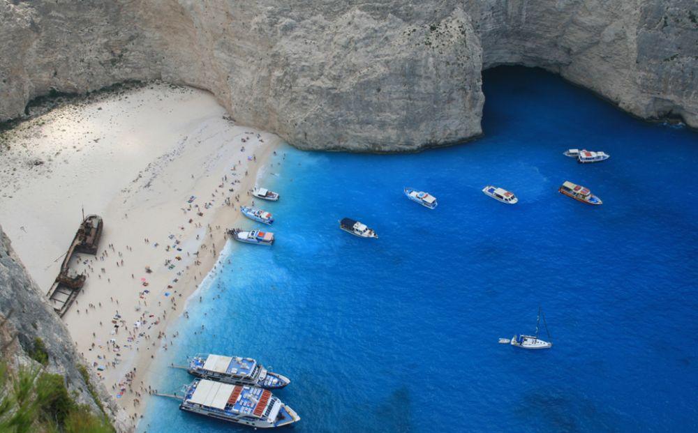 В Греции скала рухнула на пляж