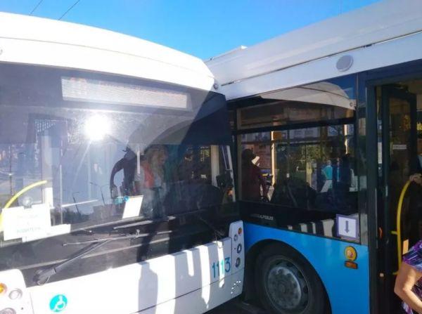 В Севастополе столкнулись два троллейбуса из-за ссоры женщин-водителей