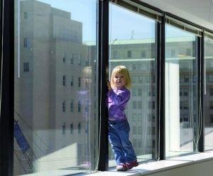 МЧС вызволяло в Керчи оставшегося в чужой квартире ребенка