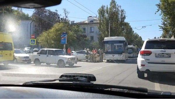 ДТП в Севастополе: машина протаранила троллейбус