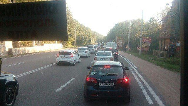 На трассе Симферополь-Ялта из-за дорожных работ образовалась пробка в 5 км