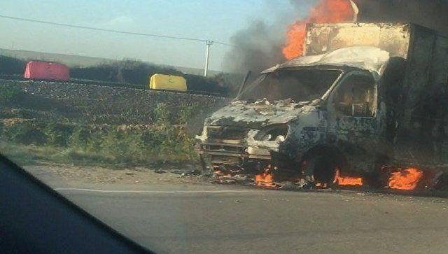 """Пожар на трассе: под Керчью дотла сгорела грузовая """"ГАЗель"""""""