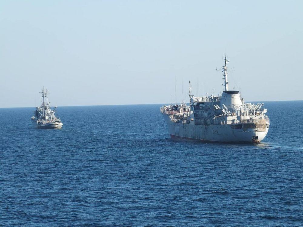 Украинские военные корабли прошли под Крымским мостом по обычной для всех судов процедуре и оплатили услуги российскому лоцману