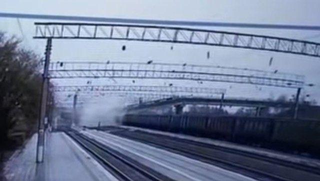 Момент обрушения моста на путь Транссиба попал на видео