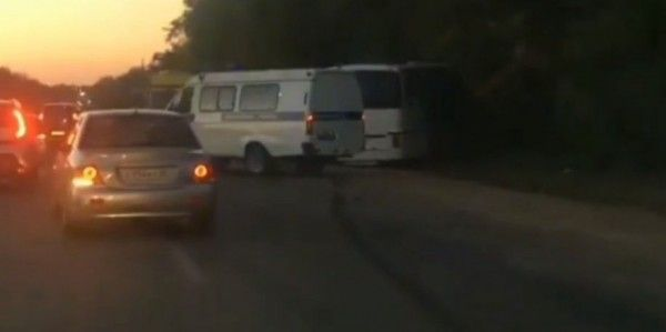 «Водителю ногу придавило»: в Крыму рейсовый автобус столкнулся с самосвалом
