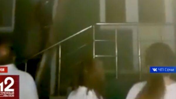 В Сочи вспыхнула туристическая гостиница! Возле входа в отель — паника