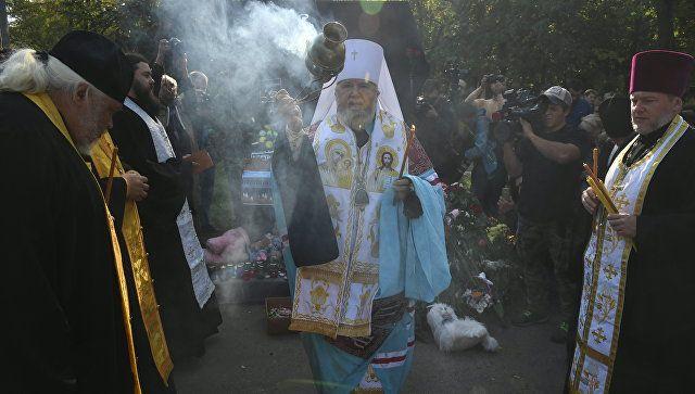 Слезы, цветы и молитвы: видео молебна у колледжа в Керчи