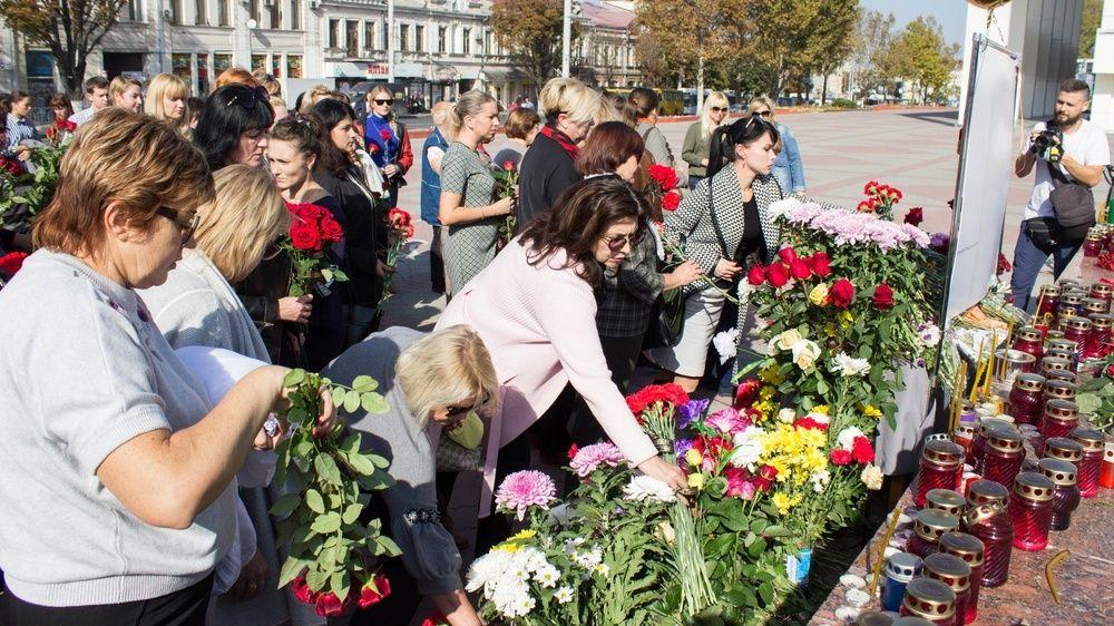 Педагоги крымской столицы почтили память погибших в Керчи