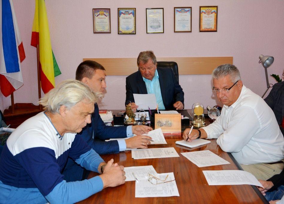 Депутаты изучают материалы сессии