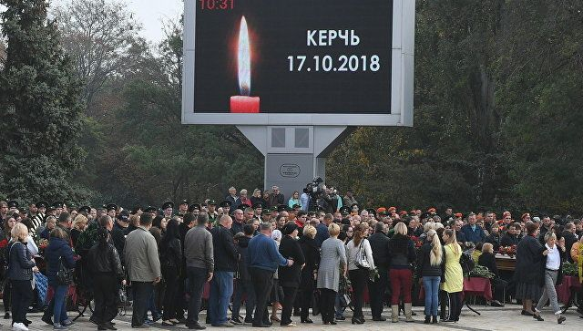 Тысячи цветов, боль и слезы: прощание с погибшими в Керчи