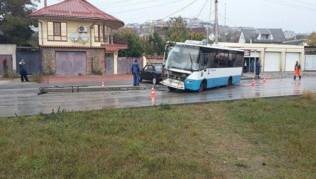 В Симферополе автобус снес столб