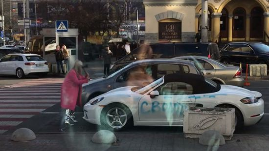 В центре Киева блондинка топором изрубила Porsche