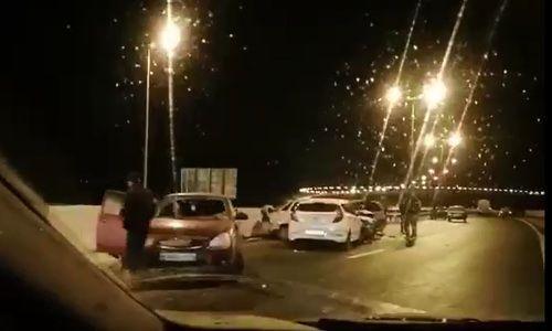 На обледенелых подходах к Крымскому мосту произошло несколько ДТП